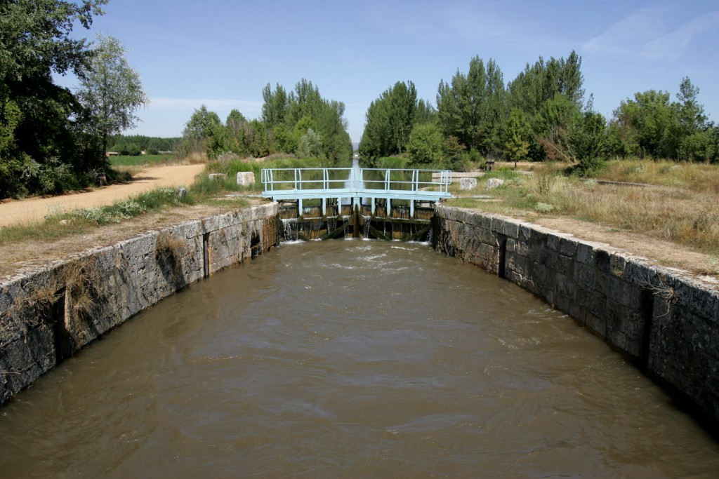 El Canal de Castilla, sexta esclusa llena