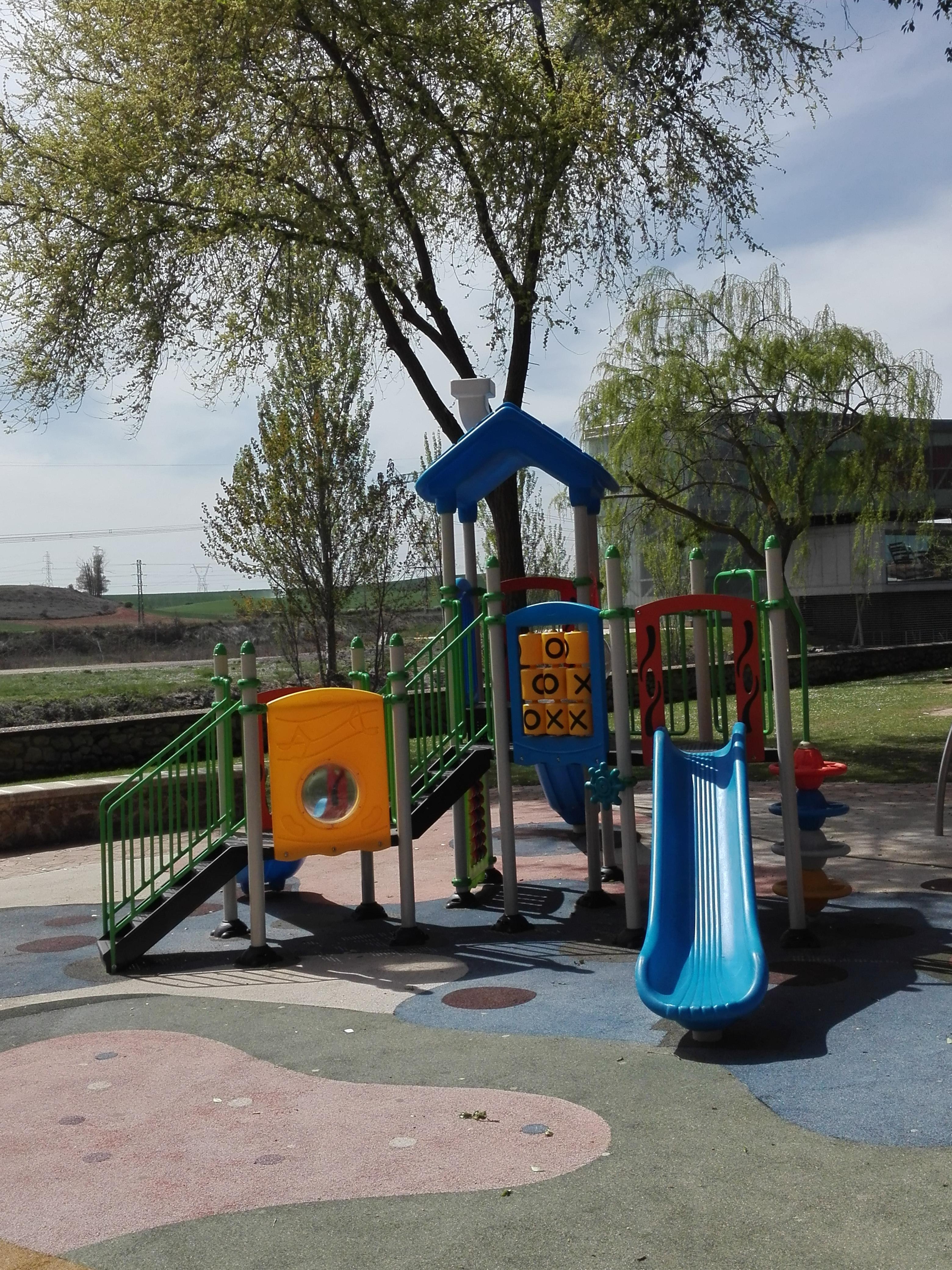 Parque infantil. Tobogán.