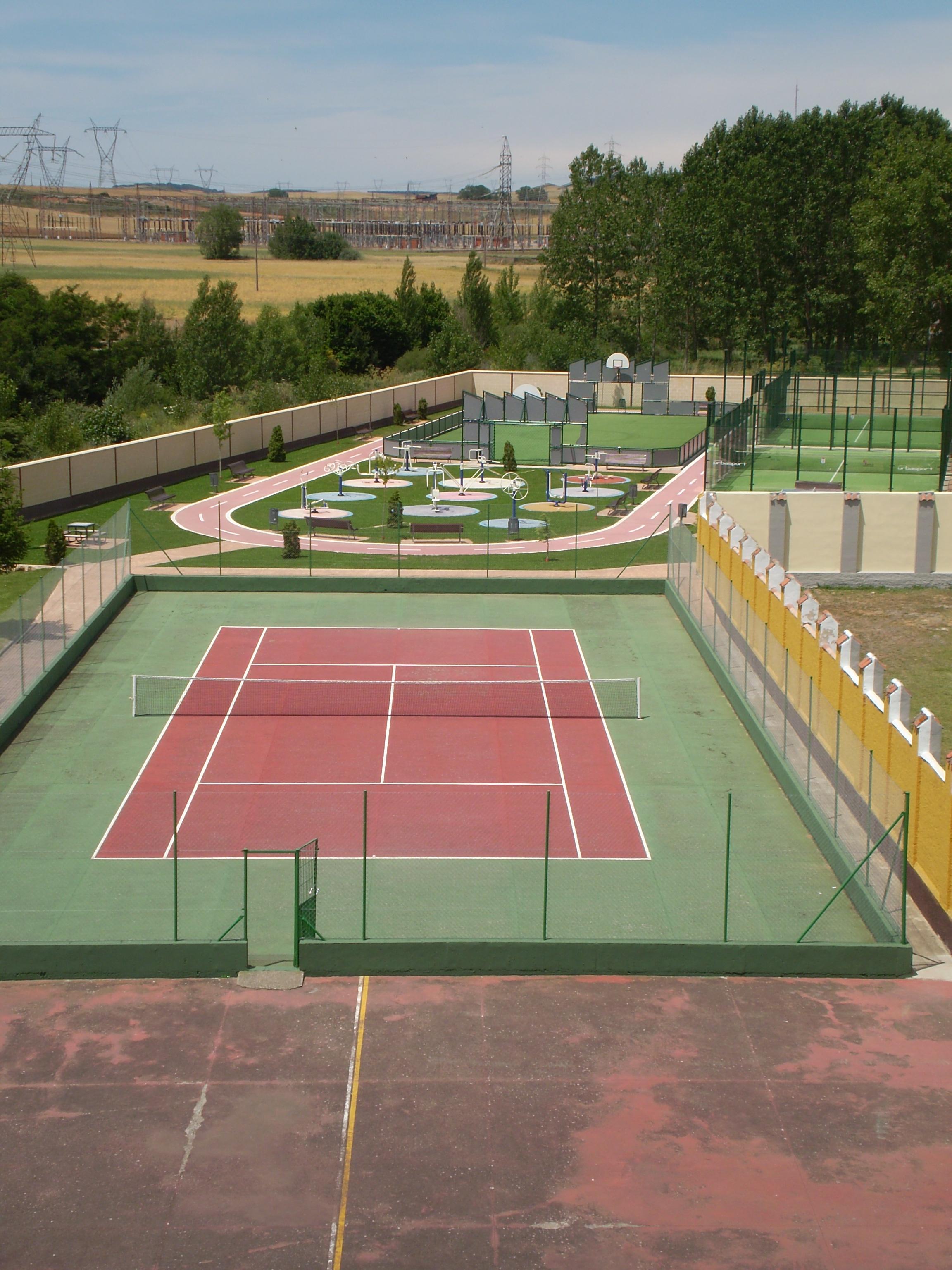 Pista de tenis y área biosaludable