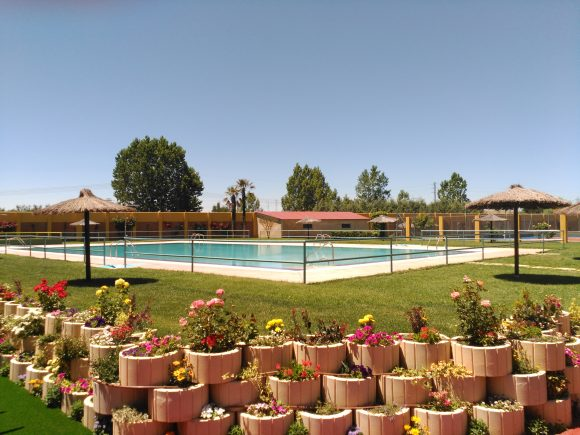 Vista del ajardinamiento de las piscinas